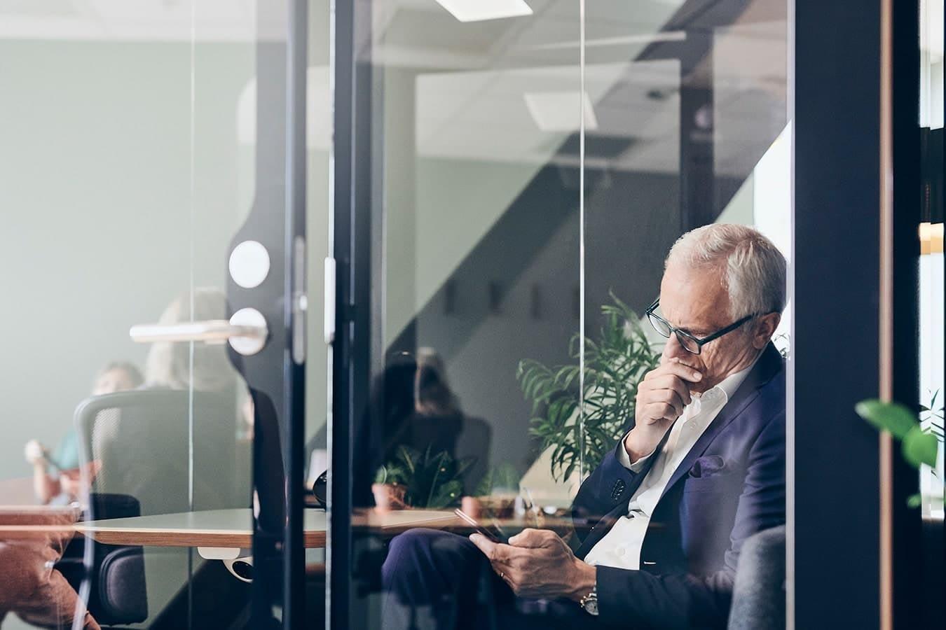 Swing House, työntekijä lukee sähköpostin kännykästä