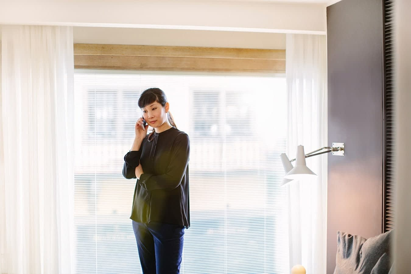 Swing House, hotellivieras puhuu puhelimessa